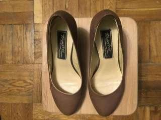 Жіночі туфлі Tomfrie, темно-бежевого кольору, розмір 37; туфли  title=