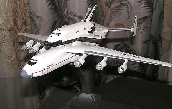 Модель самолета Мрия с Бураном (масштаб 1:250)