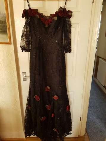 Черное нарядное, вечернее платье с красными розами