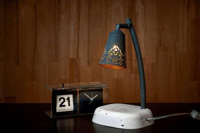 настольная лампа ручной работы с узорчатым плафоном