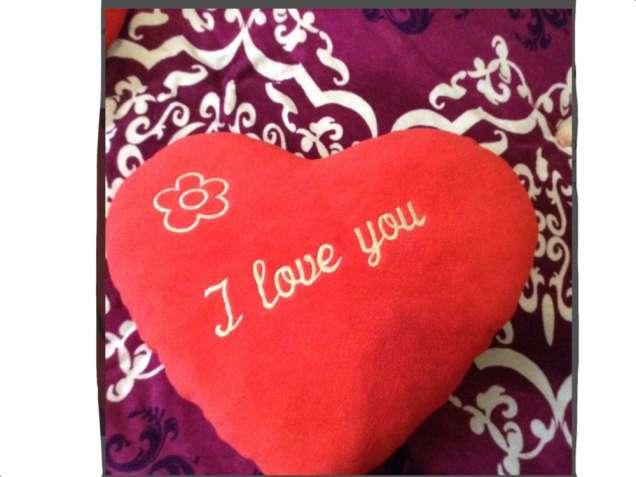 Большие ярко-красные подушки в форме сердца подарок на 8 марта