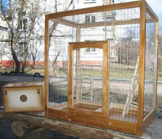 Клетка для больших (ожереловых) попугаев с гнездовым домиком.