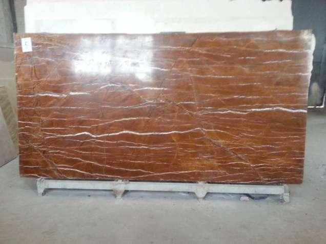 Индийский мрамор с янтарным теплым фоном.