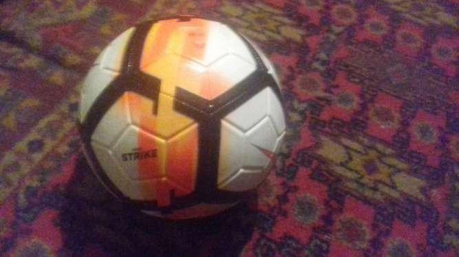 Продам футбольный мяч Nike strike