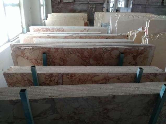 Стены помещения, облицованные мрамором
