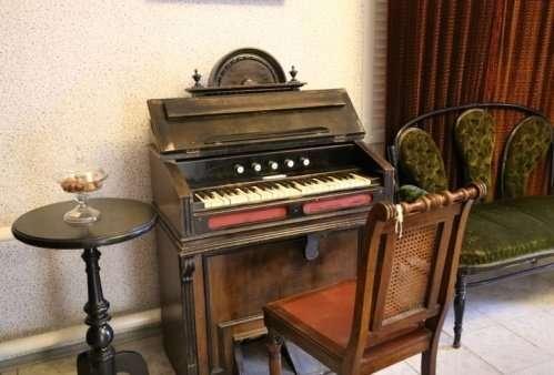 Получить разрешение на вывоз старинных музыкальных инструментов.