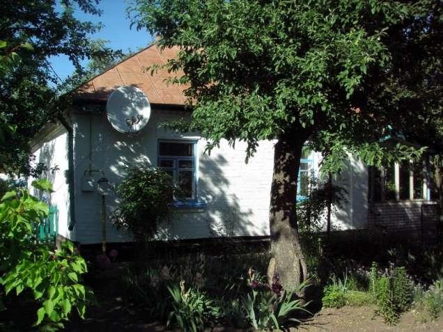 Шандра. Кирпичный дом с ухоженным двором.