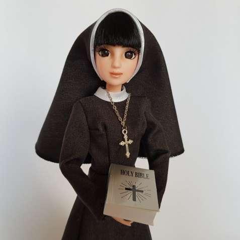 Кукла монахиня с черными волосами и челкой, с библией в темном платье