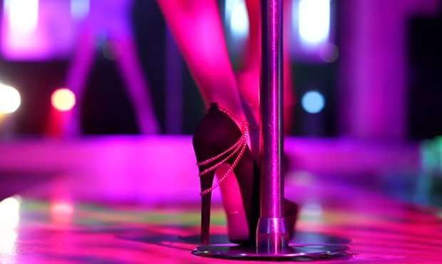 Танцовщица в стриптиз клуб