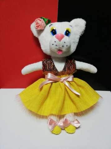 Белая кошечка в платьице ручная работа