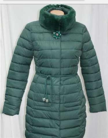 Пальто куртка с брошью, изумрудного цвета ,карманами,мех на воротнике