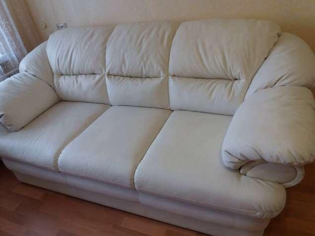 Белый кожаный диван, три места, матовый