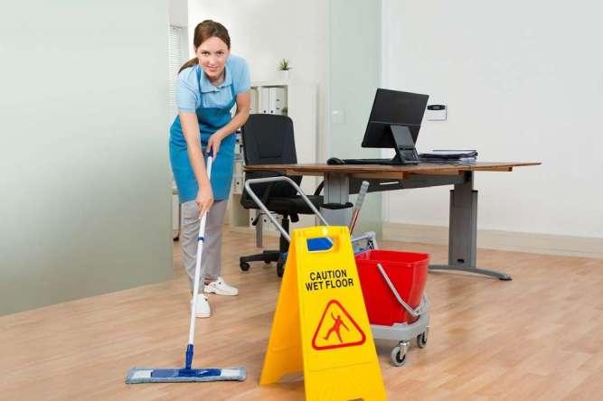 Уборщица девушка в офис