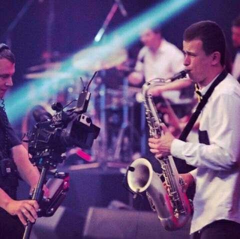 Саксофонист. Живая музыка.