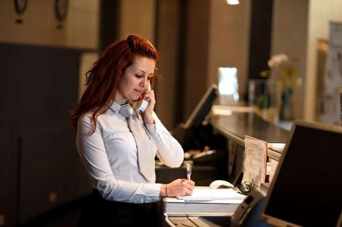 Девушка-администратор отдела бронирования и заселения гостей