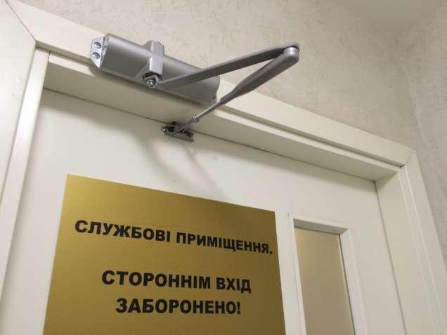 Встановлення дотягувача (доводчика) на двері