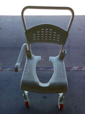 Кресло туалет для инвалидов. Кресло туалетное на колесах